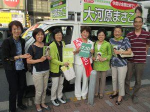 7月2日西友東陽町店前。駆けつけた仲間とともに。